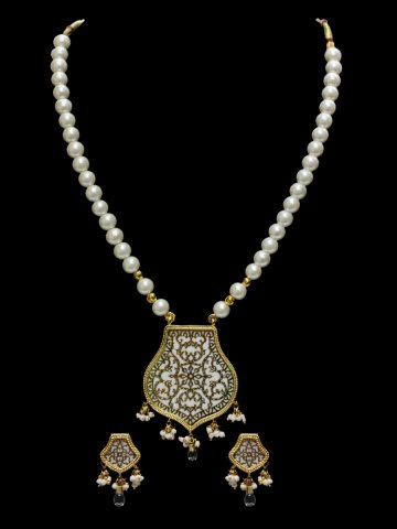 https://static8.cilory.com/147913-thickbox_default/elegant-theva-pendant-with-earrings.jpg